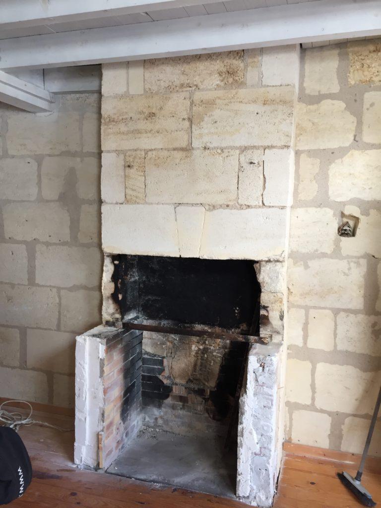 Démontage de la cheminée pour rénovation.