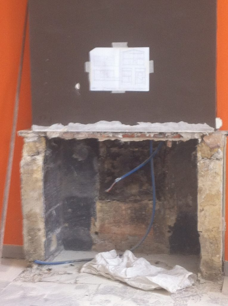 Foyer d'une ancienne cheminée démontée